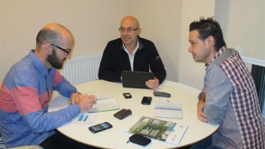 Jabi Odriozola, Director de ADOM, en una sesión de trabajo con el equipo de Etxegoki.