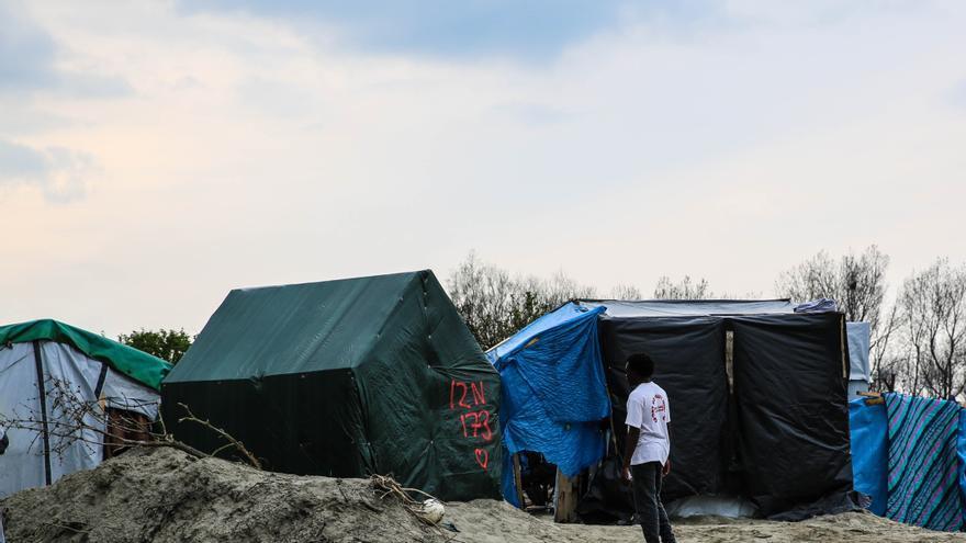 Desde que la policía franesa demolió toda la parte sur del campo en marzo de este año, las condiciones se vida han empeorado. La gente peleapor el espacio, con más de 1,000 llegadas nuevas solo el mes pasado. | FOTO: MSF