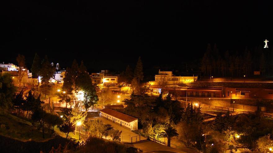 Vista nocturna de Artenara tras el cambio de la luminaria