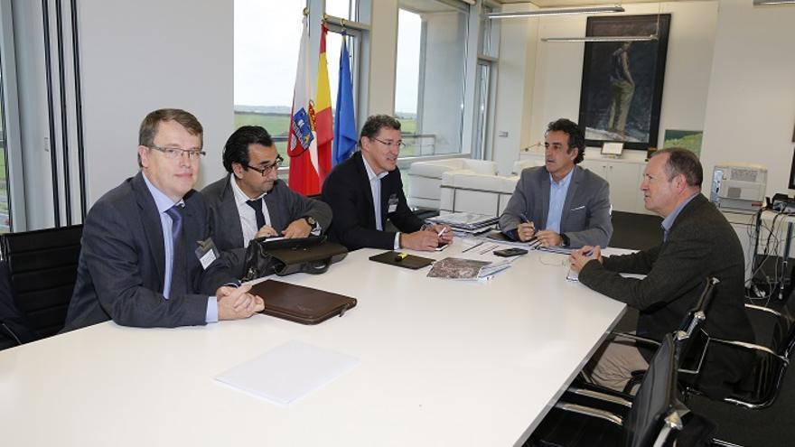 El consejero de Industria y el director de la planta de Solvay en Barreda han mantenido una reunión de trabajo.