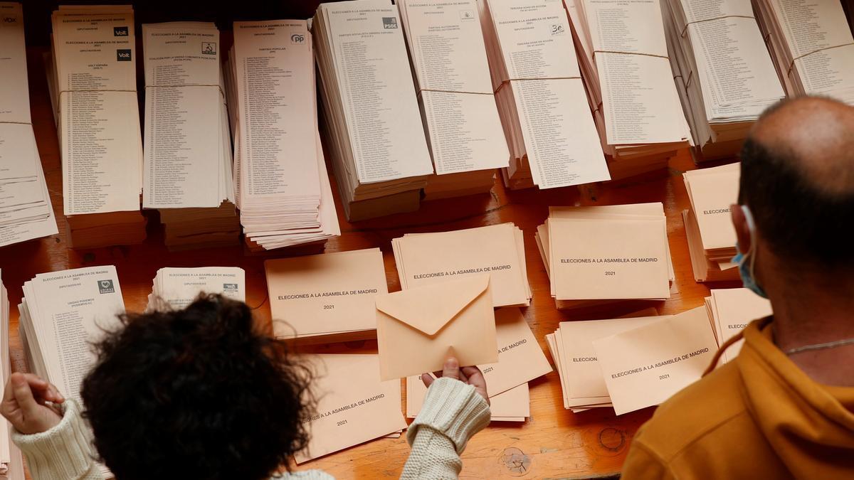 Papeletas electorales en un colegio electoral de Madrid, este 4 de mayo.