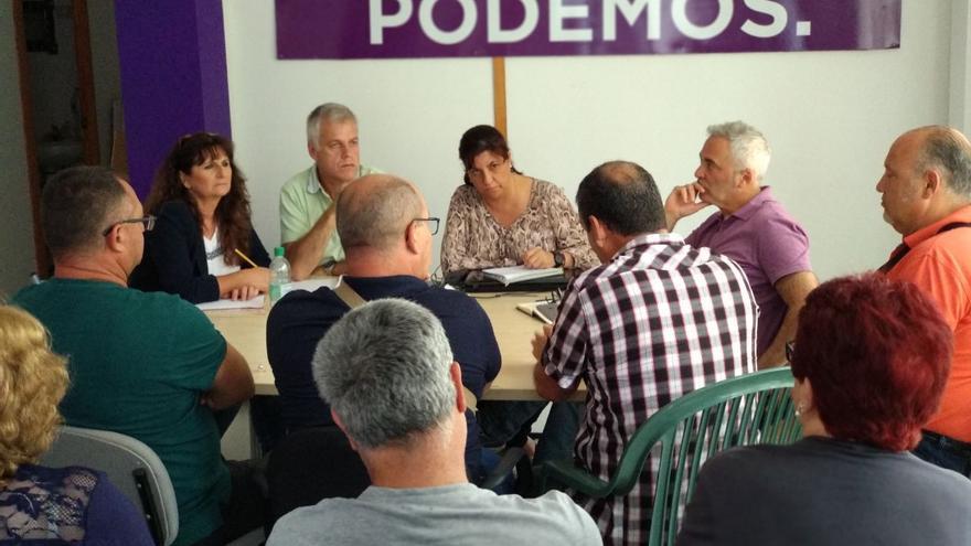 La candidata a la presidencia de la Cabildo de Gran Canaria por Sí Podemos Canarias, Conchi Monzón, durante una reunión con los colectivos de ocio de caravanas de la Isla en el municipio de Arucas.