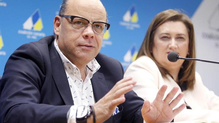 El actual secretario general y candidato a repetir en el VI Congreso de Coalición Canaria, José Miguel Barragán, junto a la aspirante a secretaria de organización, María Guadalupe González Taño. EFE/Cristóbal García