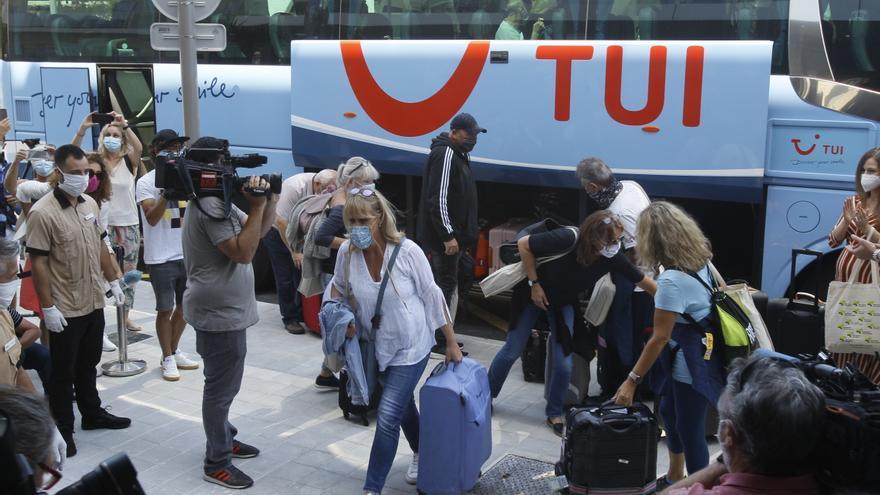Viajeros procedentes de Alemania llegan al hotel en la prueba piloto llevada a cabo en junio.