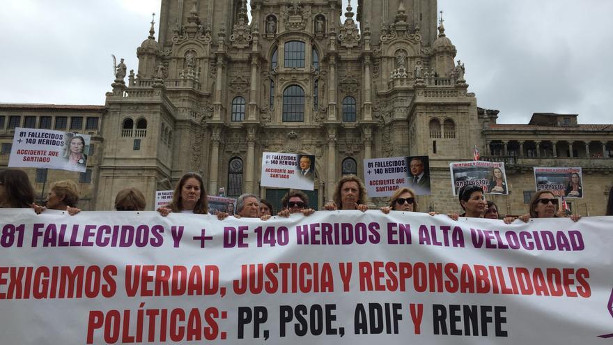 Víctimas del accidente del Alvia en la curva de Angrois manifestándose en Santiago en el quinto aniversario del accidente