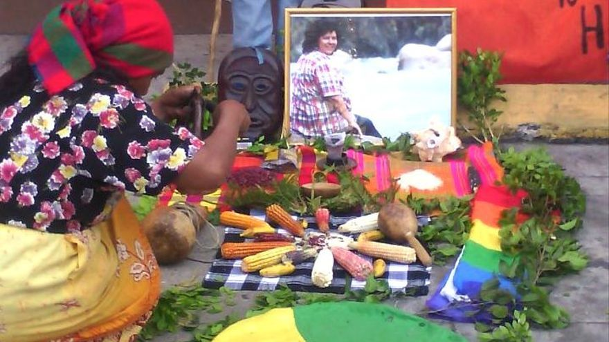 Una mujer hondureña homenajea a la activista asesinada Berta Cáceres | Foto: Red Nacional de Defensoras de Honduras