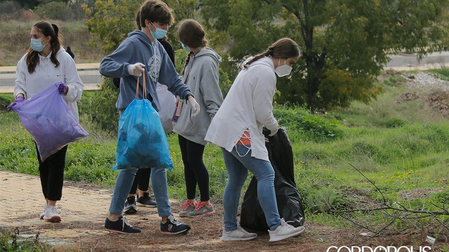 Jóvenes limpian la zona de El Cerrillo | JUAN HUERTAS