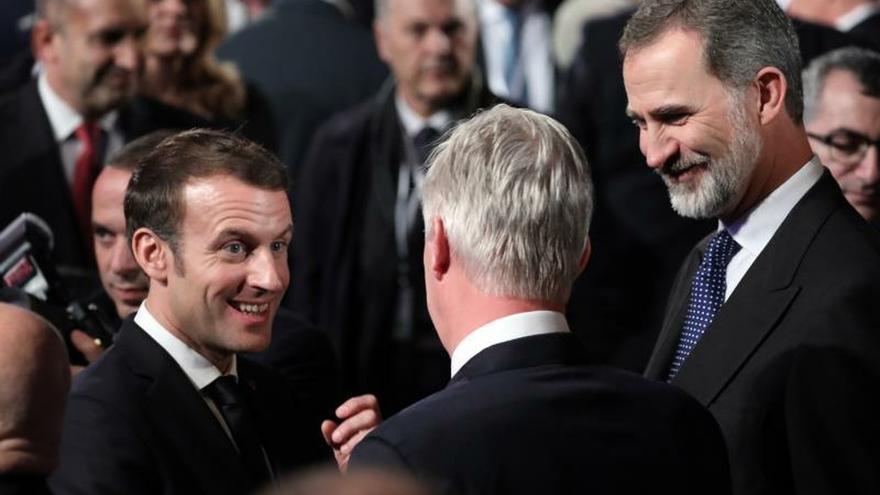 El rey Felipe VI (d) conversa con el presidente galo, Emmanuel Macron (i), y el rey Felipe de Bélgica (c, de espaldas) durante la celebración del VForoMundial sobre elHolocausto en Jerusalén (Israel), este jueves.