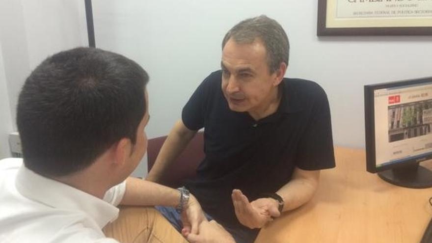 Zapatero conversa con el candidato a dirigir el PSOE de Madrid, Juan Segovia