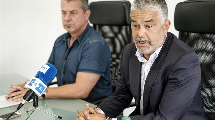 El propietario Gesport Terminal Marítima, Francisco Naranjo (d),y el presidente de la Asociación Sindical de Estibadores Portuarios, Miguel Rodríguez (i).