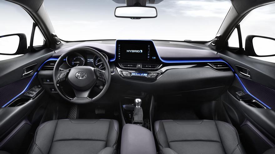 El aspecto futurista del exterior del C-HR se corresponde con un diseño interior igualmente atractivo y rompedor.