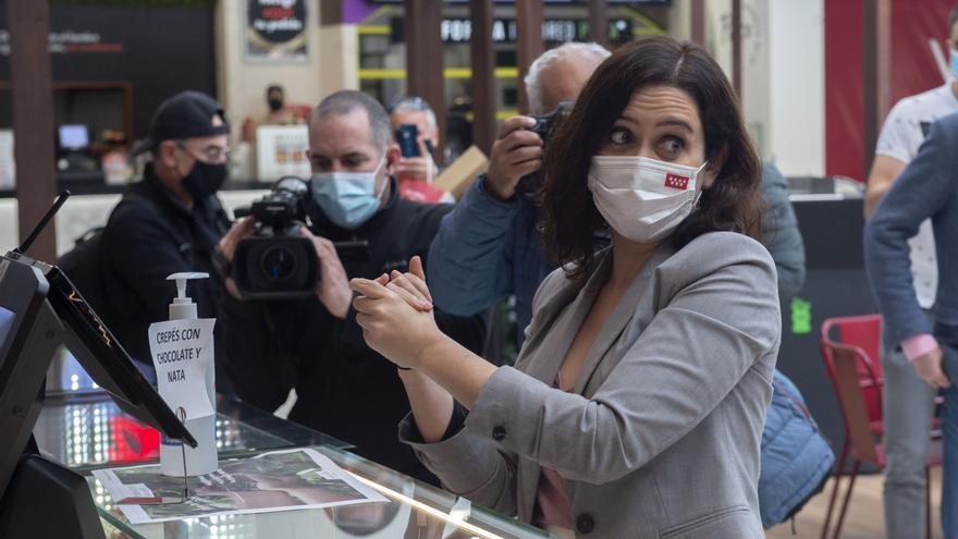 La presidenta de la Comunidad de Madrid, Isabel Díaz Ayuso, se lava las manos durante la presentación de la nueva zona de restauración del centro comercial Intu Xanadú, en Arroyomolinos, Madrid.