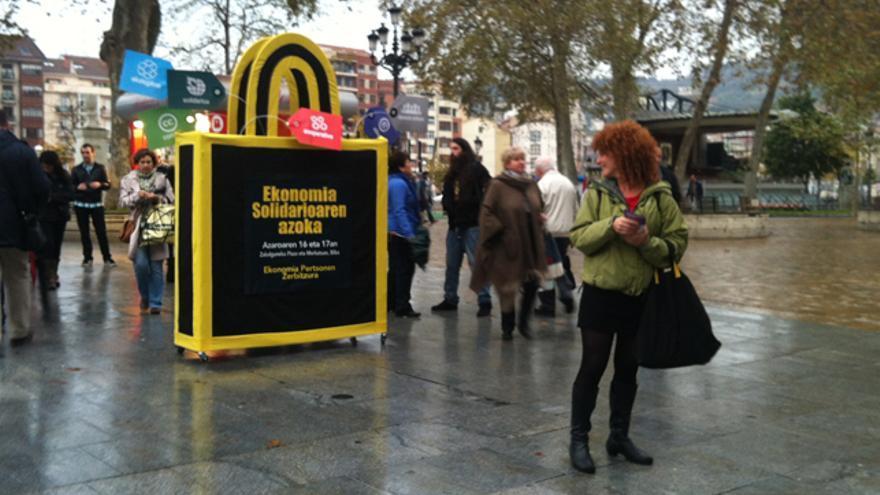 Reas promociona la I feria de economía solidaria por las calles de Bilbao. /Reas-Euskadi