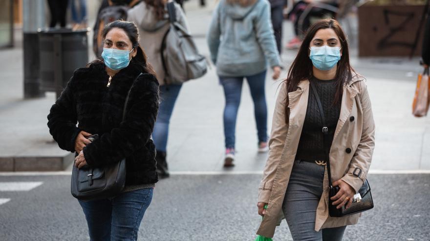 Imagen de archivo de personas con mascarilla en Barcelona por el brote de coronavirus.