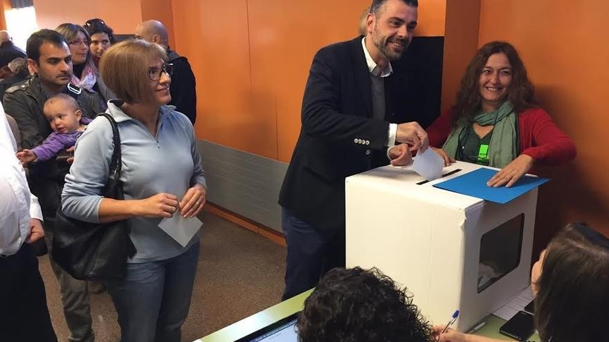 """El conseller Santi Vila vota 'sí-sí' y espera que el dato de participación sea """"contundente"""""""