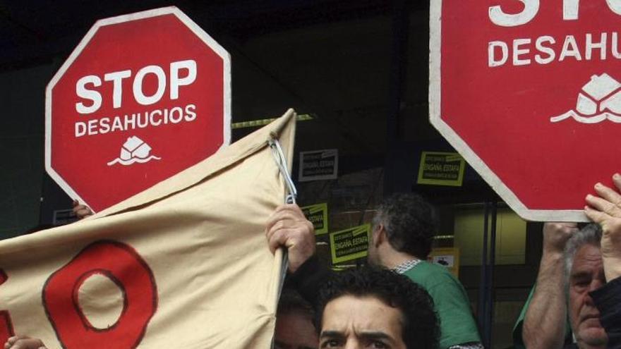 Afectados por hipotecas CAM exigen suspender desahucios, subastas y embargos