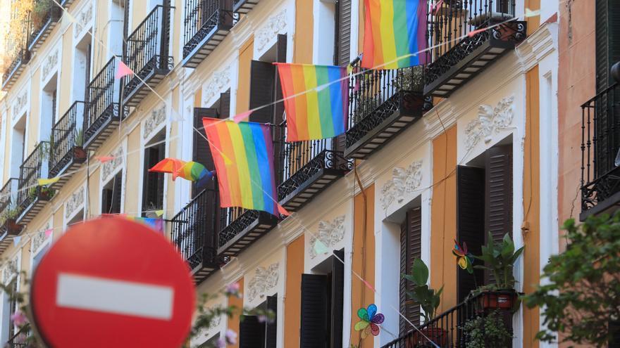 Banderas del colectivo LGTBI adornan balcones del barrio madrileño de Malasaña. EFE/Fernando Alvarado/Archivo