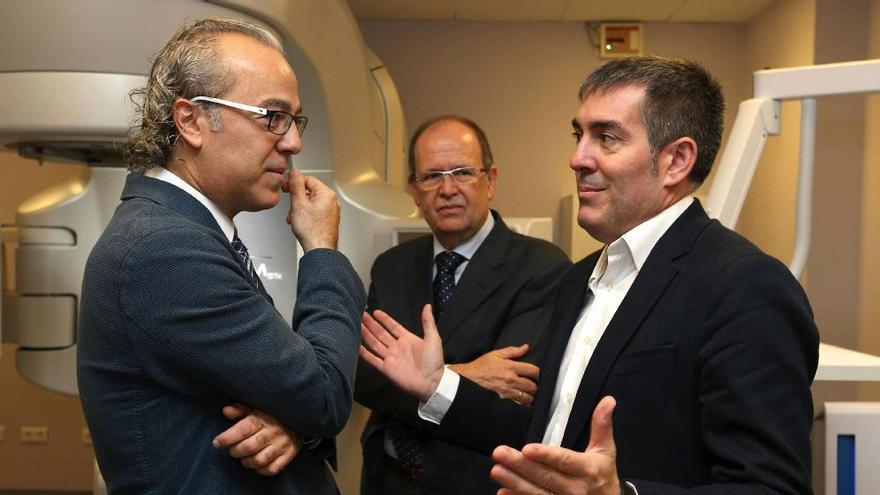 El presidente del Gobierno de Canarias, Fernando Clavijo, y el consejero de Sanidad, Jesús Morera. (Elvira Urquijo A./ EFE)