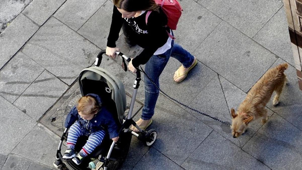 Una mujer con su bebé.