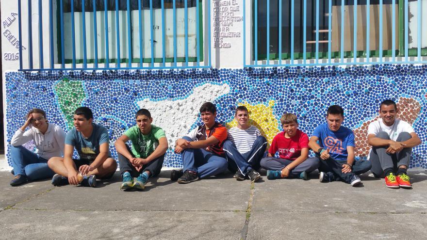 En la imagen, los alumnos del Aula Enclave con el mural de las Islas Canarias. Foto: LUZ RODRÍGUEZ.