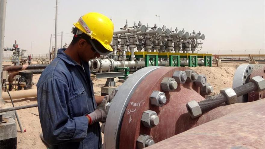 El bajo precio del crudo aumentará la dependencia de Oriente Medio, según AIE