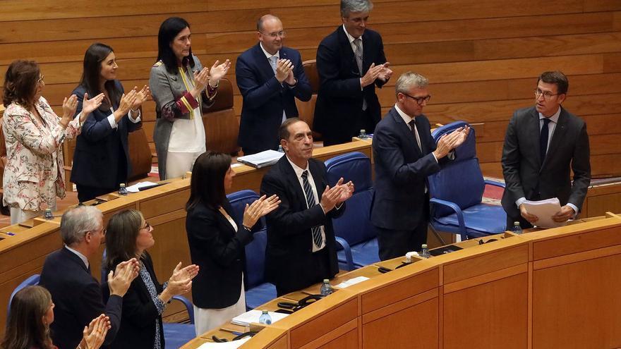 La bancada del PP aplaude a Feijóo tras su discurso en el debate de política general
