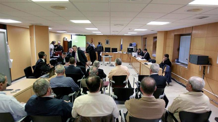 Los acusados en el caso Las Teresitas, de espaldas, durante el juicio que se ha reanudado este viernes