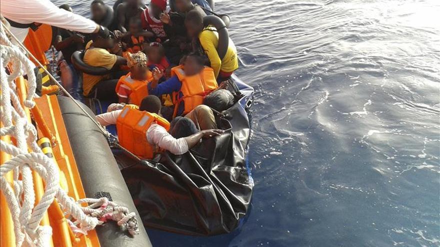 19 inmigrantes fueron rescatados a más de sesenta millas del litoral andaluz la balsa neumática en la que intentaban llegar a la península. \ Efe