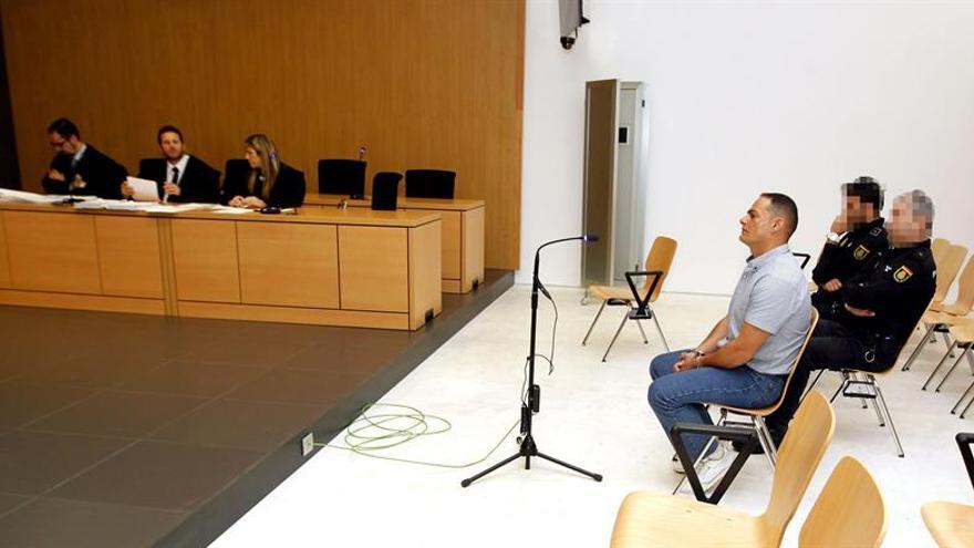 El hombre acusado de maltratar e intentar asesinar a su expareja tras salir de prisión, durante el juicio celebrado este martes en la Audiencia de Las Palmas. EFE/Elvira Urquijo A.