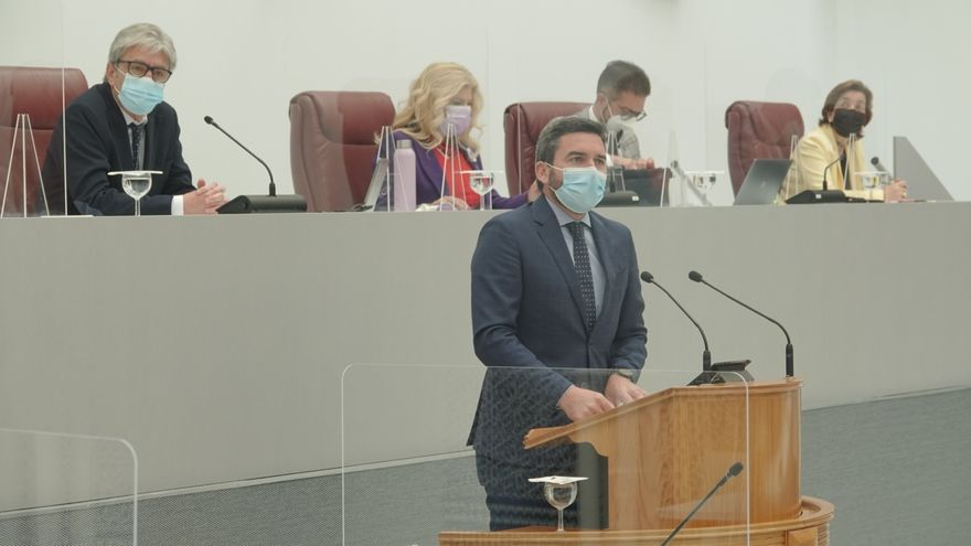 El consejero  de Agua, Agricultura, Ganadería, Pesca y Medio Ambiente, Antonio Luengo, en el Pleno de la Asamblea Regional