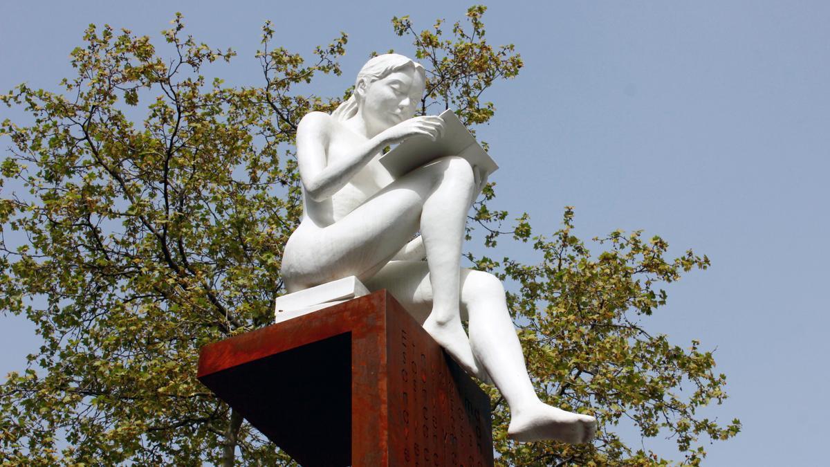 Detalle de la escultura dedicada por Madrid a José Luis Sampedro