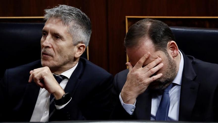 Los ministros de Interior y Fomento en funciones, Fernando Grande-Marlaska (i) y José Luis Ábalos (d), este martes en el Congreso donde se celebra la segunda y definitiva votación para investir presidente del Gobierno al candidato socialista, Pedro Sánchez.