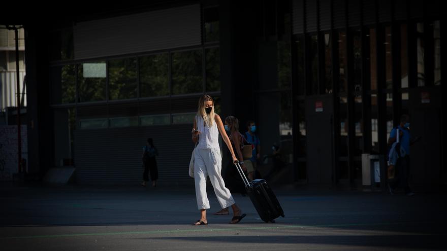 Una mujer con maleta en Barcelona.