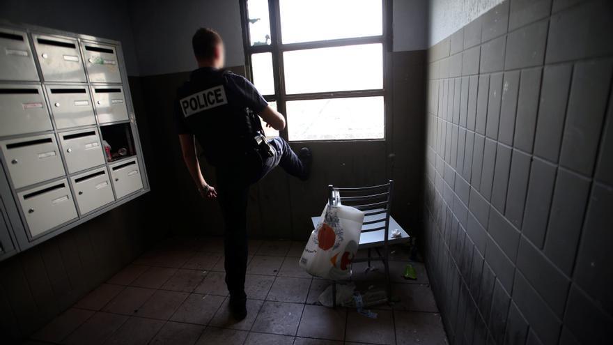 Una unidad de policía dedicada al desmantelamiento de las redes de tráfico de drogas realiza una operación en el barrio de Flamants, Marsella.