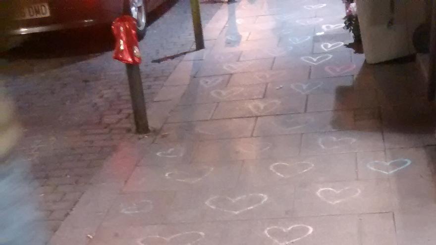 Los corazones de tiza pintados en la acera de Espíritu Santo   SOMOS MALASAÑA