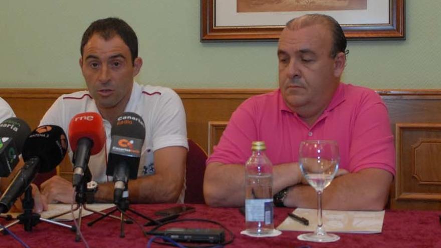 Rubén Coméndez junto a Santiago Déniz en la presentación del entrenador (ACFI PRESS).