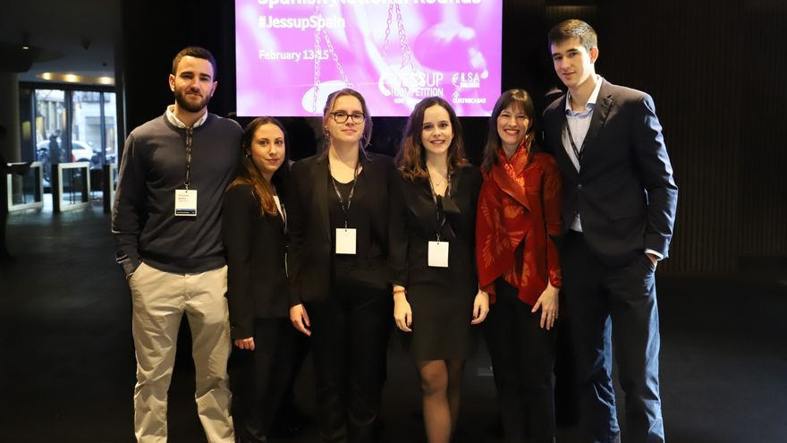 La profesora Dorothy Estrada Tanck (2ª por la derecha) junto al grupo de estudiantes de Derecho de la UMU que han participado en la competición
