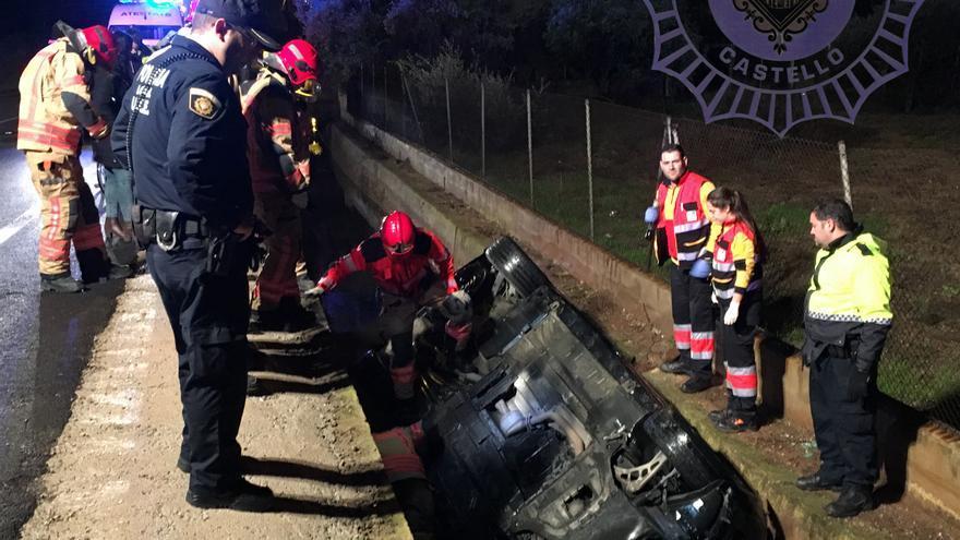 Rescate del automóvil que cayó en una acequia en Castellón.
