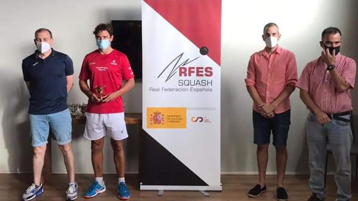 Gabriel Merchán, segundo por la izquierda, celebrando su tercer puesto