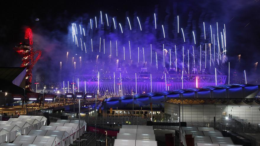 Fuegos artificiales sobre el Estadio Olímpico en la inauguración de Londres 2012.
