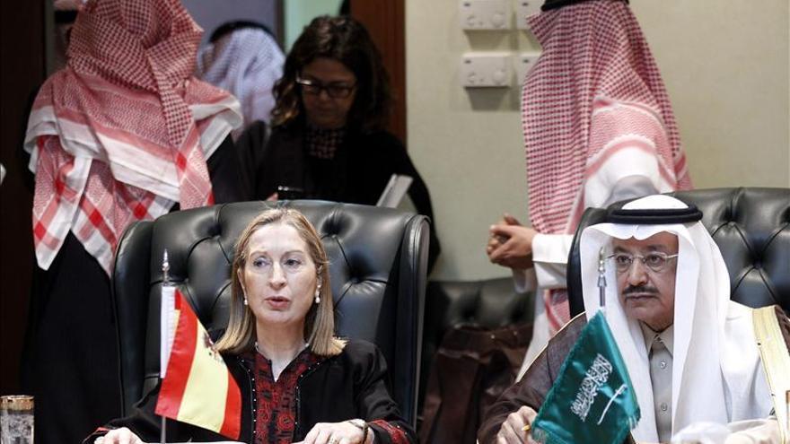 La ministra de Fomento, junto a su homólogo saudí.