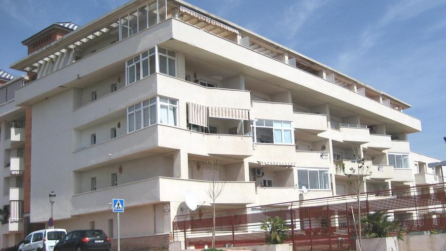 Edificio de Estepona donde se encuentra la vivienda de Carolina y Luis.