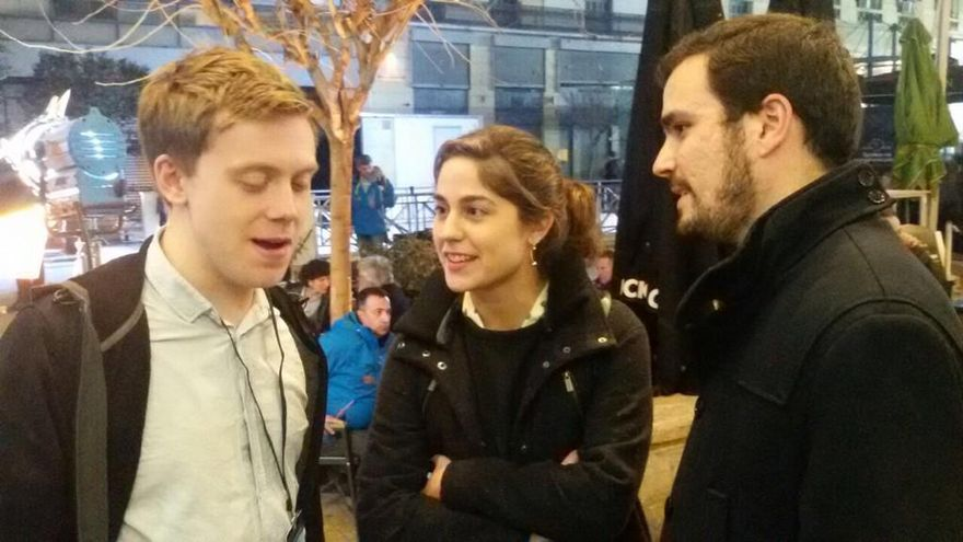 Alberto Garzón (derecha), con el escritor Owen Jones y Lara Hernández, responsable de Convergencia de IU, en la noche electoral en Atenas. / @iunida