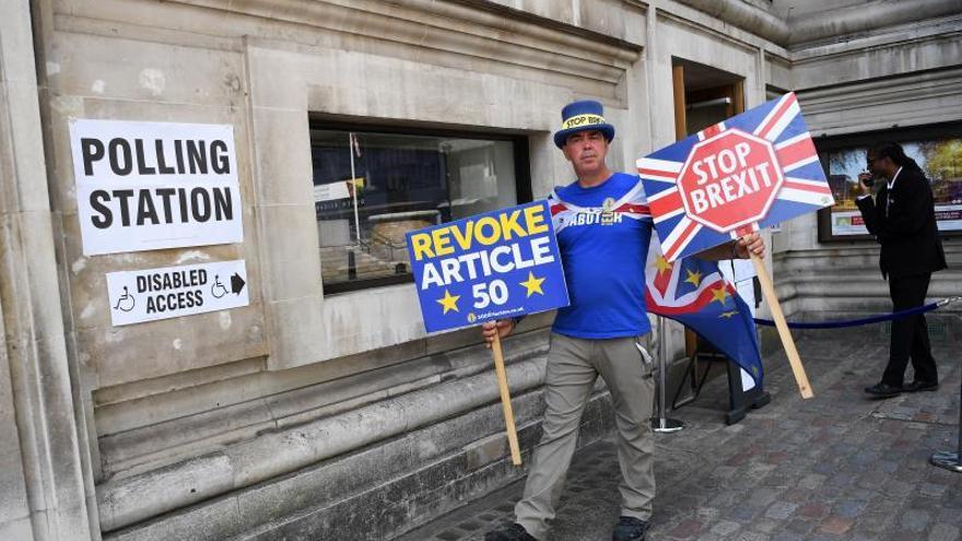 El activista Steve Bray hace campaña para que el país permanezca en la Unión Europea en un colegio electoral de Londres.