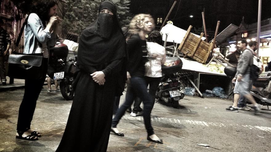 Mujeres en una de las calles que desemboca en Taksim. Al fondo, una barricada. (Juan Luis Sánchez)