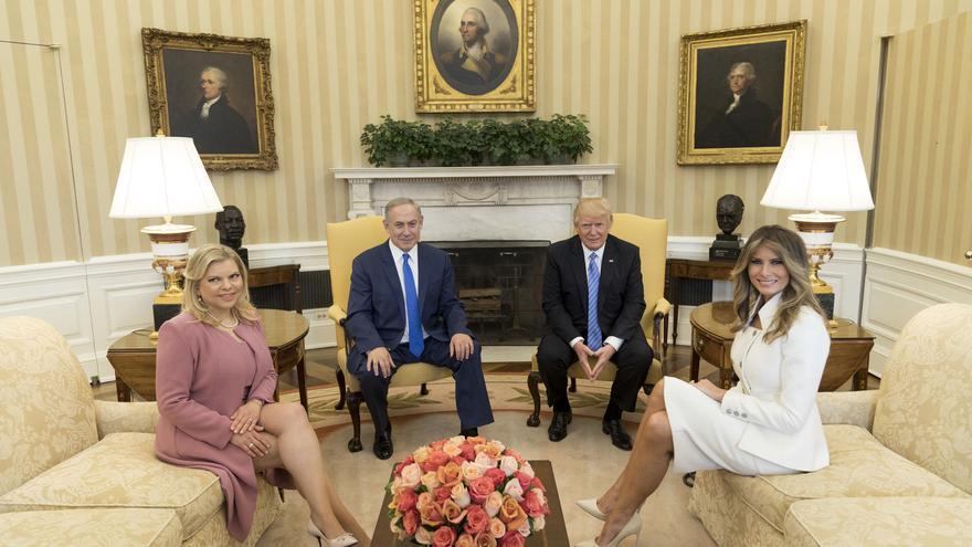 Trump, Netanyahu y sus esposas en el despacho oval de la Casa Blanca en febrero de 2017.