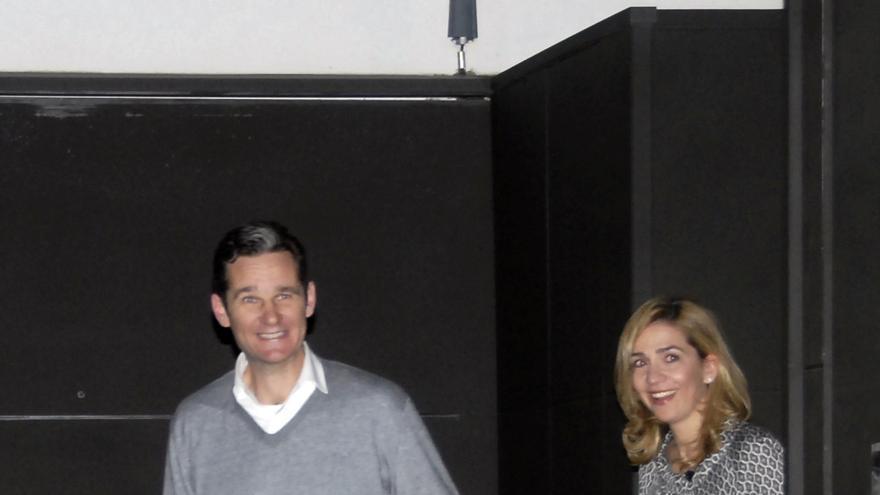 Iñaki Urdangarin y la infanta Cristina, durante la celebración de una fiesta sorpresa del cumpleaños del primero.