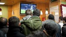 Retransmisión de un partido de fútbol en un bar (Archivo EFE)