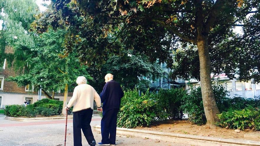 Dos ancianos pasean por los terrenos de la residencia San Prudencio de Vitoria
