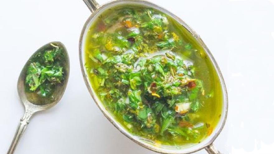 Cómo hacerte tu propia salsa chimichurri en casa